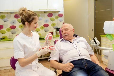 Pacientam tiek sniegta zobu higiēnas instruktāža