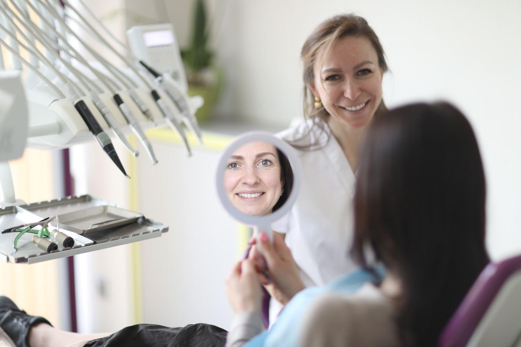 Apmierināta kliente pēc zobu plombēšanas