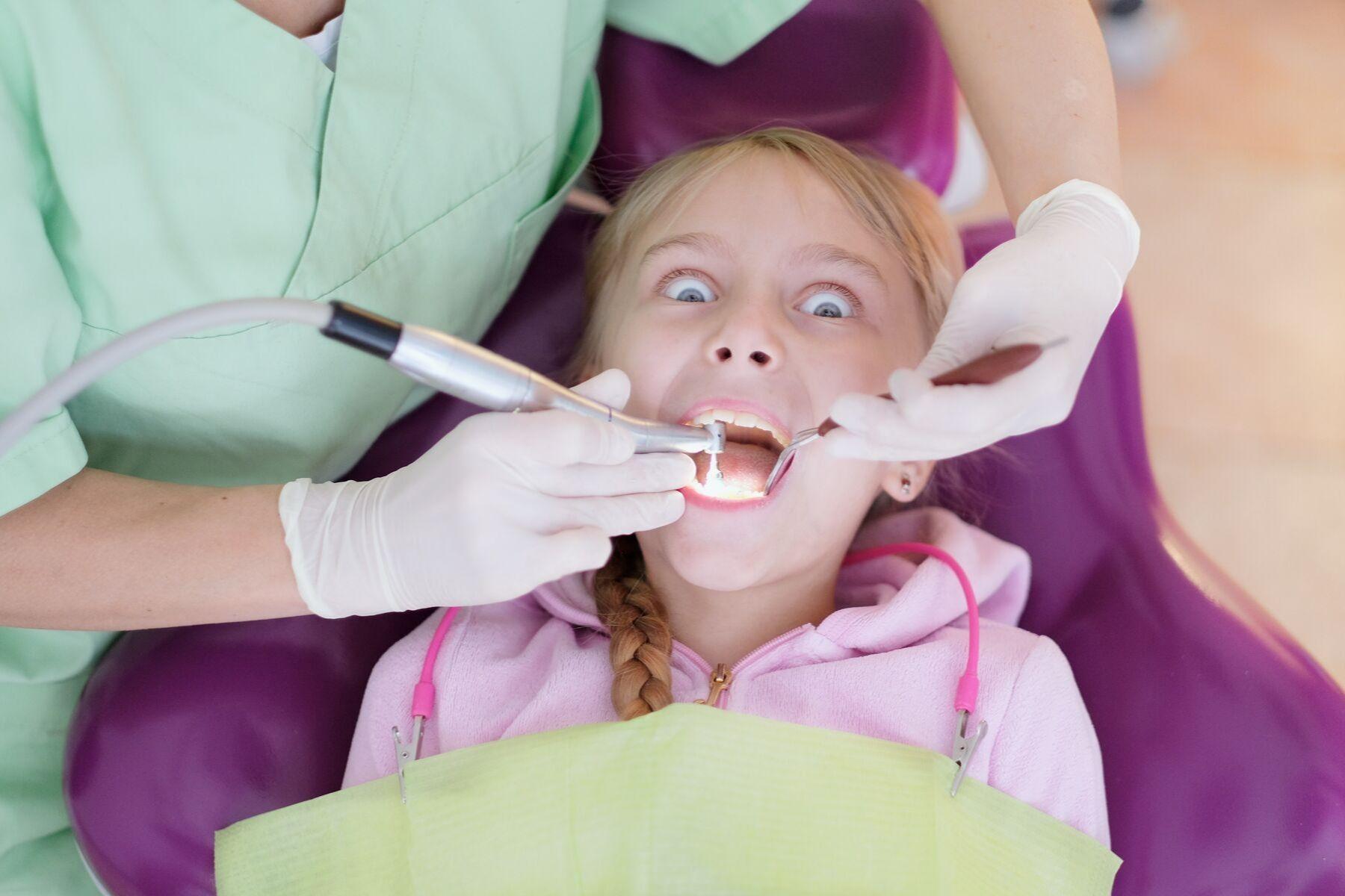 bērns zobu apskates laikā