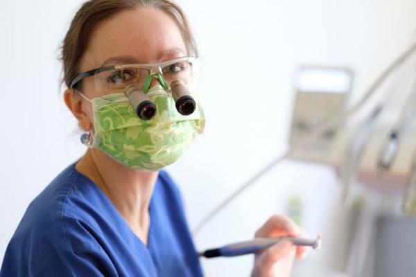 Kvalitatīvāka zobu izmeklēšana ar palielināmo stiklu