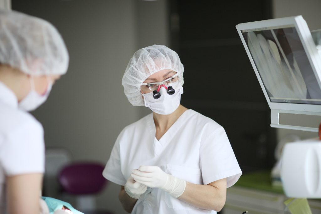 zobārste zobu implantu operācijas laikā